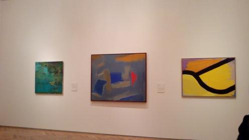 Vista de la sala de exposición con obra de Esteban Vicente
