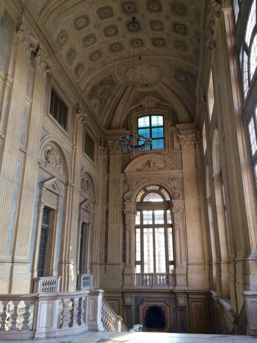 Detalle de los ventanales del piso principal de la escalera del Palazzo Madama. Turín