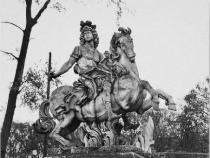 Gian Lorenzo Bernini y otros. Luis XIV a caballo transformado en Quinto Curcio y la sima de fuego. ca. 1669. Jardines de Versalles
