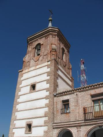 Ermita de la Virgen de los Ángeles. Getafe. Detalle de la torre campanario y del nartex porticado en el lateral.