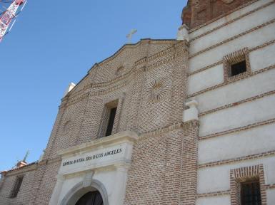 detalle de la fachada y su juego de líneas cóncavas.