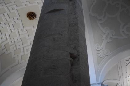 Detalle de los restos del coro en la columna.