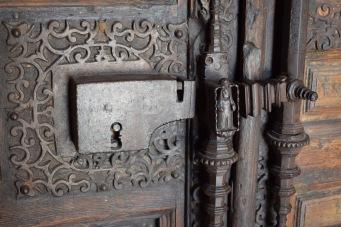 Catedral de Santa María Magdalena. Getafe. Detalle de los herrajes de la puerta principal.
