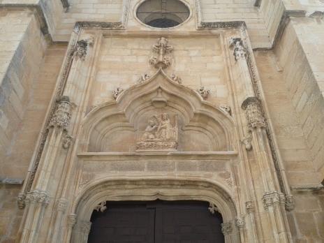 Iglesia de Torrelaguna. Portada a los pies de la iglesia con relieve de la Imposición de la Casulla a S. Ildefonso, emblema de la Catedral de Toledo.