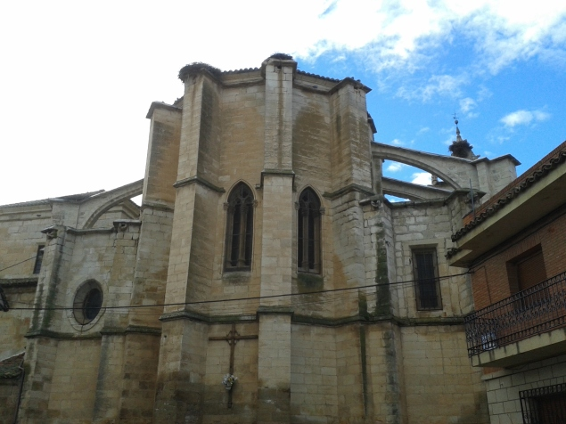 Vista exterior de la cabecera de la Iglesia. Se aprecia el uso de arbotantes y contrafuertes góticos. Las ventanas del ábside están condenadas por el retablo mayor.