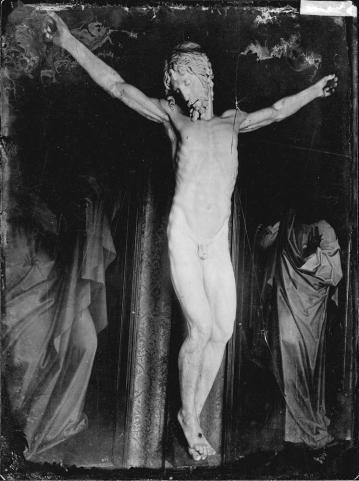 J. Laurent. Clalvario en El Escorial formado con el Cristo de Celinni y dos tablas de Coxcie copiando a van der Weyden. Archivo Ruiz Vernacci. foto: IPCE