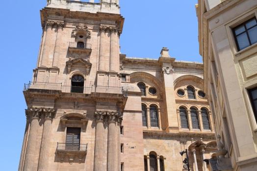 Catedral de Málaga. detalle de la torre sur (inconclusa) y del muro de cerramiento realizado en el siglo XVIII bajo la dirección de José de Bada.