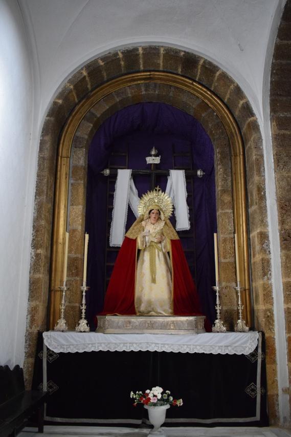 Altar de Virgen de la Soledad en la iglesia de Santa Cruz. Cádiz. Foto: Cipripedia.