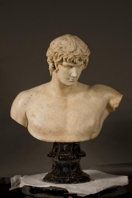 Taller romano. Antinoo 131 - 132. Mármol blanco de Carrara, 97 x 70 cm. Museo del Prado.