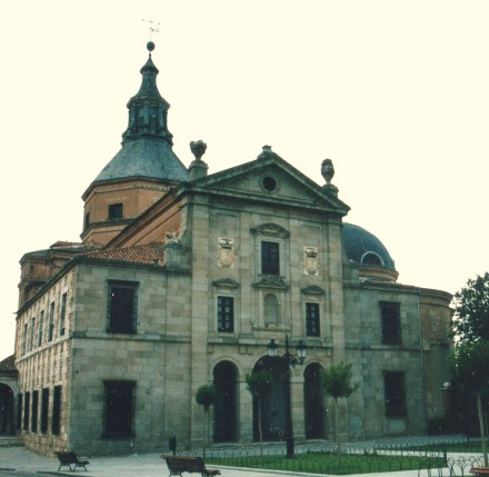 Alonso Carbonel. Fachada del convento agustino de Loeches (Madrid) fundación del Conde Duque de Olivares. Sigue el modelo de la Encarnación.