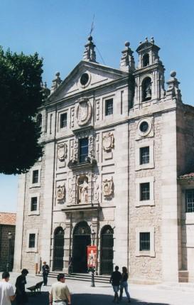 Fachada del Convento de Santa Teresa en Ávila. Construida sobre el solar de la casa familiar de la santa en la década de 1630. La fachada es una versión barroquizada del modelo carmelita de la Encarnación.