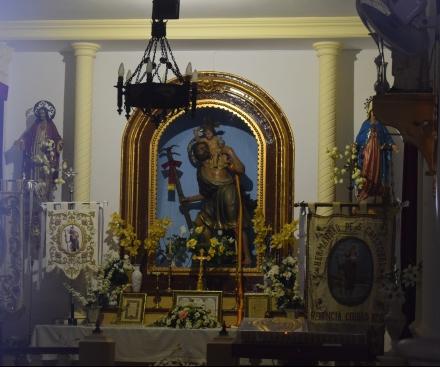 Interior de la ermita de San Cristóbal, presidida por una talla moderna del santo. Herencia (Ciudad Real).