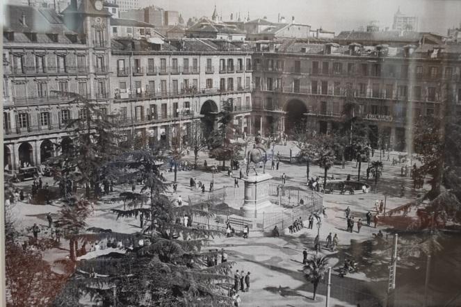 Anónimo. Vista aérea de la Plaza Mayor de Madrid con jardines. 1935. Reproducción a partir de una placa de vidrio. DESCONOCIDO/EFE/Newscom/lafototeca.com 837097