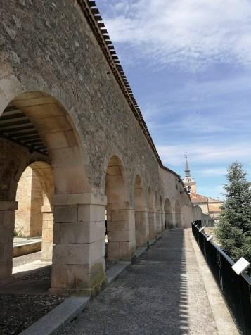 Pasadizo elevado que une el Palacio con los edificios religiosos hasta la Colegiata de San Pedro. Lerma (Burgos) Foto: cipripedia.